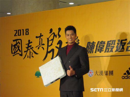 ▲陳偉殷回台灣帶著二壘壘包。(圖/記者蕭保祥攝影)