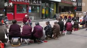 ▲排隊領雞蛋 陸老婦為5顆雞蛋尿失禁(圖/翻攝自《澎湃新聞》秒拍) https://www.weibo.com/1698823241/GEi3BtB8Q?refer_flag=1001030103_&type=comment