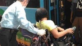 暖心公車司機助身障者上下車 網友大讚:「有你真好」(圖/基隆人集團)