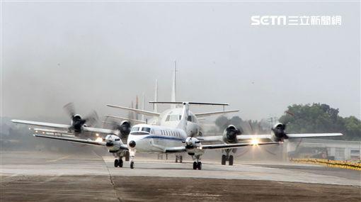 雙十國慶大典空軍慢速機隊首度飛越總統府,BH-1900行政專機大兵力滑行。(記者邱榮吉/屏東拍攝)