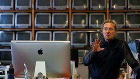 奧地利死忠果粉博斯基(Roland Borsky)收藏了1100多台蘋果電腦,卻面臨出售命運。(圖/路透社/達志影像)