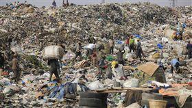 自從中國拒收外國廢棄物之後,各國正想方法處理塑膠垃圾。(圖/美聯社/達志影像)