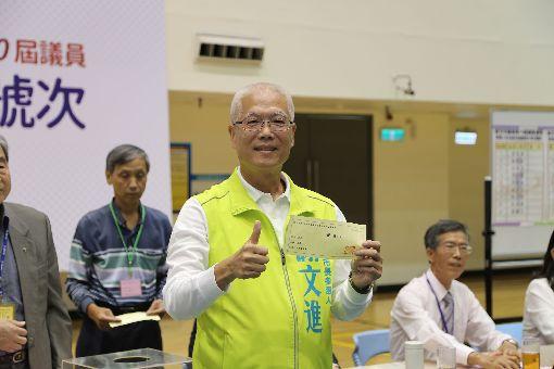 新竹市長選舉號次抽籤 謝文進1號新竹市長選舉候選人號次抽籤19日舉行,現任新竹市議長謝文進抽中1號。中央社記者魯鋼駿攝 107年10月19日