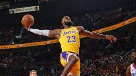 詹皇暴扣連連 湖人開幕戰不敵拓荒者 NBA,洛杉磯湖人,LeBron James,暴扣,波特蘭拓荒者 翻攝自推特