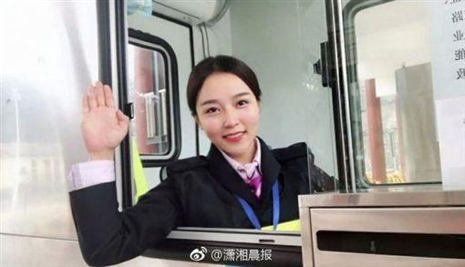 彭莉琴被網友封為最美「微笑收費員」。(圖/翻攝瀟湘晨報)