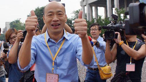 高市長選舉號次抽籤 韓國瑜:抽籤王心裡怦怦跳高雄市第3屆市長候選人姓名號次抽籤19日舉行,國民黨高雄市長參選人韓國瑜(前左)抽中1號,豎起大拇指開心比讚,並受訪表示,抽中籤王心裡怦怦跳。中央社記者程啟峰高雄攝 107年10月19日