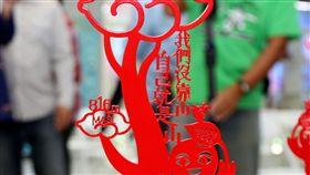 梅山太平36彎打造地景藝術(2)嘉義縣文化觀光局19日表示,梅山到太平的36彎,在彎道上都有標示編號,是自行車經典路線,縣府邀請身兼攝影師、導演、剪紙藝術家多重身分的楊士毅以「太平的祝福、彎道的擁抱」打造37座地景藝術。中央社記者黃國芳攝 107年10月19日