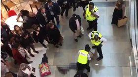 英國倫敦斯特拉特福區17日發生一起墜樓事件,一名24歲男子在Westfield購物中心時,突然從頂樓掉下,結果壓到一名無辜的女客人,所幸2人都沒有生命危險。至於男子墜樓的詳細原因,還有待警方調查釐清。(圖/翻攝自太陽報)
