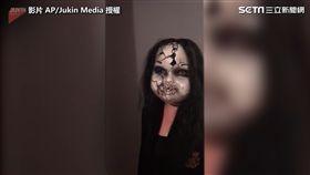 女孩戴上鬼面具,準備嚇好友。