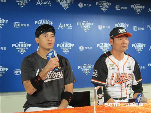 ▲統一獅選手郭阜林(左)與總教練黃甘霖出席賽後記者會。(圖/記者蕭保祥攝影)