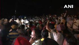 印度列車高速撞擊看節慶煙火群眾,至少50死(圖/翻攝自推特)