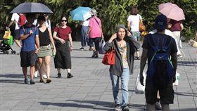 高溫炎熱 民眾戴帽防曬(2)天氣持續晴朗高溫,中央氣象局5日高溫資訊橙色燈號範圍包括雙北地區,提醒民眾減少戶外活動及勞動,外出注意防曬及水分補充,慎防熱傷害;台北街頭午後外出民眾以帽子、陽傘、衣物等物品防曬,隔絕熱辣陽光。中央社記者吳翊寧攝 107年8月5日