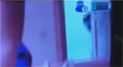 爸爸拍寶寶到一半…嬰兒監視器卻拍下「恐怖鬼影」 圖/翻攝YouTube