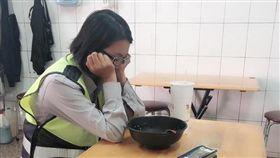 波麗士大人,女警察,累,睡著,/翻攝自爆怨公社