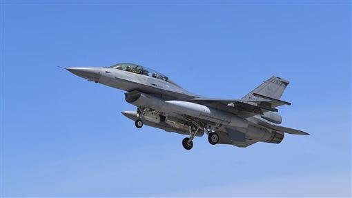 F-16升空巡弋一架空軍F-16戰鬥機18日從台東志航基地起飛,拉升機頭,空中巡弋。中央社記者王飛華攝 107年7月18日