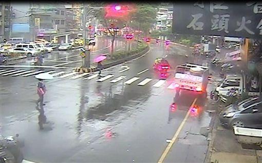 電動輔助車闖紅燈撞上行人。(圖/翻攝畫面)