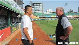 ▲陳金鋒與小聯盟初期教練Mark Brewer相見歡。(圖/記者蕭保祥攝影)