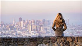 旅行,遠望,沉思,思考,獨處,單身(圖/PEXELS)