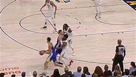 和前隊友猛力相撞 下一秒兩人決定… 金州勇士,猶他爵士,Jonas Jerebko,Donovan Mitchell,NBA 翻攝自推特