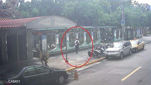 台北,內湖,關渡媽祖,偷竊,擲筊(圖/翻攝畫面)