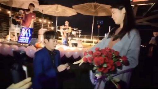 男友單膝跪「嫁給我」 白家綺淚崩被套牢…求婚影片曝光 圖翻攝自白家綺臉書