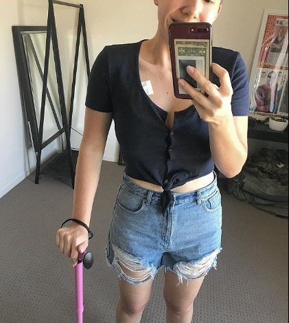 澳洲一名27歲女子露西(Lucy Wieland)日前在Instagram上苦訴抗癌歷程,並希望網友們能發揮愛心捐助,讓她能負擔昂貴的醫藥費。不過多久,露西在網上募得5萬5000澳元(約新台幣123萬元),但事後有網友爆出露西根本沒病,剃髮化療全都是演的!(圖/翻攝自IG)