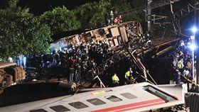 普悠瑪列車事故 車廂翻覆在距鐵軌稍遠處台鐵6432次普悠瑪列車21日下午在宜蘭發生出軌翻覆事故,造成重大傷亡,其中一節車廂甚至翻覆在距離鐵軌一段距離之外,大批警消到場仔細搜救。中央社記者孫仲達攝 107年10月21日