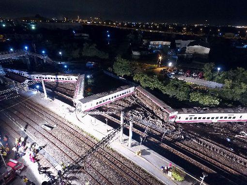 普悠瑪列車事故 車廂翻覆變形嚴重台鐵由樹林開往台東的6432次普悠瑪列車,21日行駛於蘇澳新馬車站時突然發生出軌翻覆意外,截至晚間9時30分,共22人死亡、171人受傷送醫。從車廂嚴重變形程度可知事發當時衝擊力道猛烈。中央社記者孫仲達攝 107年10月21日