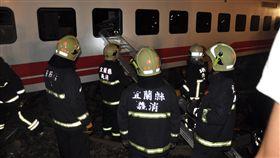 普悠瑪列車事故 宜蘭新馬站出軌(2)台鐵6432車次普悠瑪列車21日下午行經宜蘭蘇澳新馬站時發生出軌事故,車廂嚴重傾斜變形,搜救人員必須透過車廂窗戶架梯進入搜救。中央社記者沈如峰攝 107年10月21日