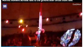 從4公尺高落下!馬戲團表演者空中失手 手臂當場摔斷(圖/截取自每日郵報)