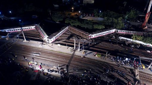 普悠瑪列車事故 出軌車身彎折變形(3)台鐵6432次普悠瑪列車21日下午4時50分在宜蘭新馬站附近發生出軌事故,車廂因衝擊力道過大,嚴重凹折成W字形,傷亡慘重。中央社記者孫仲達攝 107年10月21日