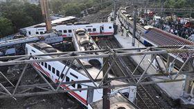 普悠瑪列車事故  22日搶通單線雙向通車(1)台鐵6432車次普悠瑪列車21日在宜蘭新馬站附近出軌,多節車廂翻覆變形,釀18死175傷,經各單位努力下,22日清晨5時許已搶通非事故的北上鐵道,送電等待列車通行,恢復單線雙向通車。中央社記者孫仲達攝  107年10月22日