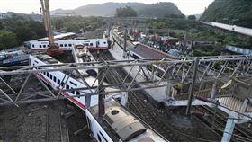 普悠瑪列車事故  22日搶通單線雙向通車(2)台鐵6432車次普悠瑪列車21日在宜蘭新馬站附近出軌,多節車廂翻覆變形,釀18死175傷,經各單位努力下,22日清晨5時許已搶通非事故的北上鐵道,送電等待列車通行,恢復單線雙向通車。總統蔡英文一早也赴現場聽簡報。中央社記者孫仲達攝  107年10月22日