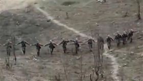 (圖/翻攝自微博)中國,解放軍,人肉,排雷,地雷區,中越邊界