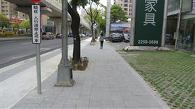 台中文心路「汰管、人本步道、路平」三合一工程完工,對違停車輛開罰(圖/台中市政府提供)