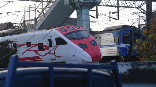 普悠瑪列車事故  現場搶修狀況(1)台鐵6432車次普悠瑪列車21日在宜蘭新馬站附近出軌,造成嚴重傷亡。列車司機員送醫救治中,事故現場有300公尺彎道,原因是否為車速過快,台鐵將待調查行車記錄器後才能確定。中央社記者孫仲達攝  107年10月22日 ID-1603259
