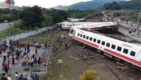 台鐵普悠瑪列車宜蘭出軌(2)台鐵21日傍晚證實,6432次普悠瑪列車下午4時50分在冬山–蘇新間東正線發生出軌事故,台鐵傍晚5時已成立一級應變小組,傷亡人數仍待確認。(民眾提供)中央社  107年10月21日
