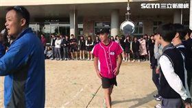 王羽飛赴南韓棒球交流 當地學生搶擊掌