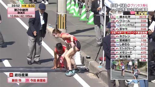 女跑者骨折,跪地爬完200公尺/翻攝自ZEROパラドンYouTube