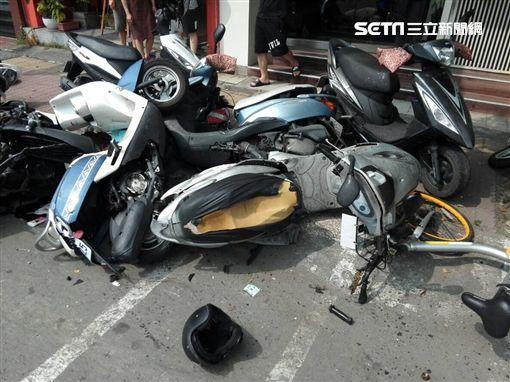 高雄死亡車禍,老婦買披薩連環撞18車,釀無辜騎士1死1傷。(圖/翻攝畫面)