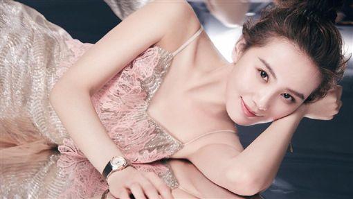 ▲劉詩詩今(23日)出席代言手錶記者會,她在8月曾PO出性感禮服宣傳照。(圖/翻攝自詩詩的小板報微博)