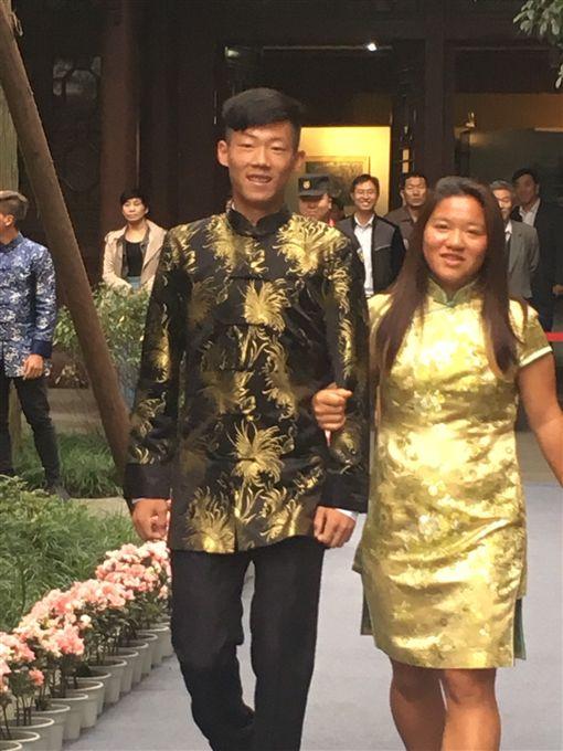 曾俊欣(左)與梁恩碩一周盛裝登場。(圖/曾育德提供)