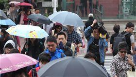 東北季風影響 北台灣溼涼(1)中央氣象局預報,13日受東北季風影響,北台灣仍是較溼涼的天氣,基隆北海岸、宜蘭及大台北山區可能有局部大雨,北部平地、中部地區及花蓮、台東偶爾有短暫飄雨,提醒民眾出門記得攜帶雨具。中央社記者張皓安攝 107年10月13日