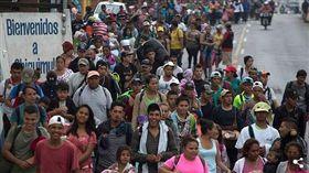 數千名中美洲移民成群結隊步行前往美國。(圖/翻攝自每日郵報)