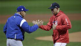 ▲世界大賽開打,洛杉磯道奇總教練Dave Roberts(左)與波士頓紅襪Alex Cora賽前握手。(圖/美聯社/達志影像)