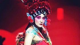 陳志朋在「武漢時裝周」反串戲曲《穆桂英掛帥》。(翻攝微博)
