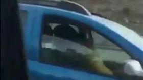 西班牙日前有民眾拍到一名男子,竟然高速駕車的同時,還與一名女子激烈車震,超熟練的手法讓目擊民眾連忙拍下影片PO上網分享。(圖/翻攝自每日郵報)