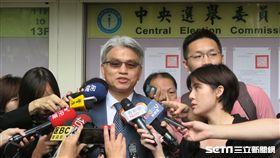 中選會主委陳英鈐24日張貼這10項全國性公投案的投票公告並受訪。(圖/記者盧素梅攝影)