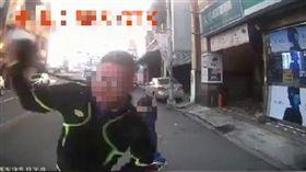 鹿港火爆騎士不滿被按喇叭拿安全帽砸車/翻攝自臉書爆料公社