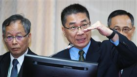 內政部:台灣有70%毒品來自中國  加強緝毒內政部長徐國勇(中)17日在立法院內政委員會表示,台灣70%毒品來自中國,會加強檢警憲調海巡、海關緝毒,國際合作也相當重要。中央社記者施宗暉攝  107年10月17日